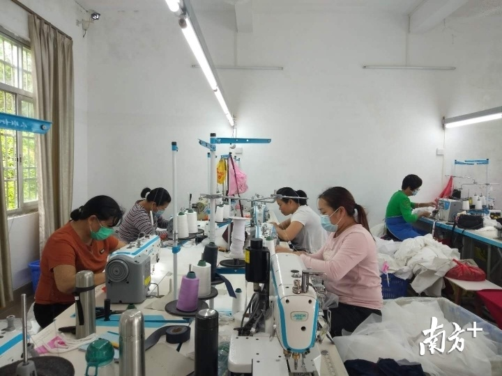 竹垌村制衣扶贫车间吸引周边不少贫困户就业。廖伟英 摄
