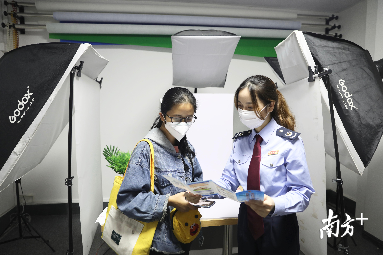 紫金县税务人员向青年创客宣传税费政策。戴天丽  摄