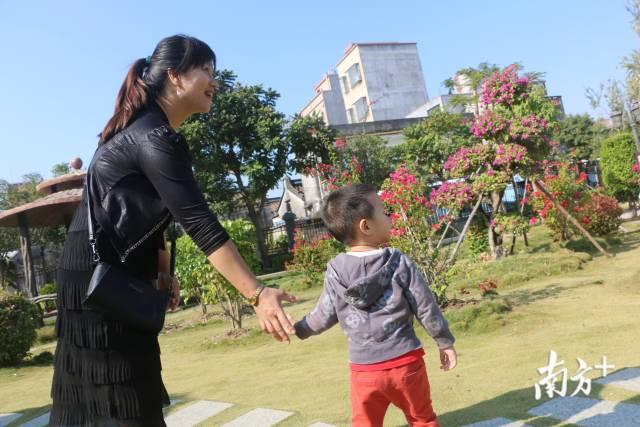 近年来,潮阳区美丽乡村建设取得明显成效,越来越多村民走出家门,感受美丽乡村新变化。