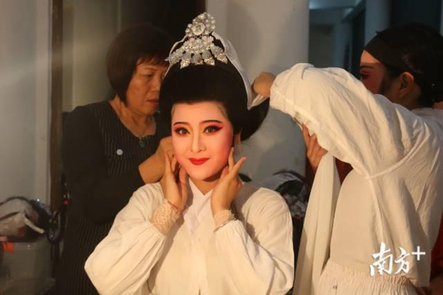 1月14日,潮剧《大峰祖师》首演。舞台幕后,演员们正精心化妆打扮,不忘给自己一个自信的笑容。