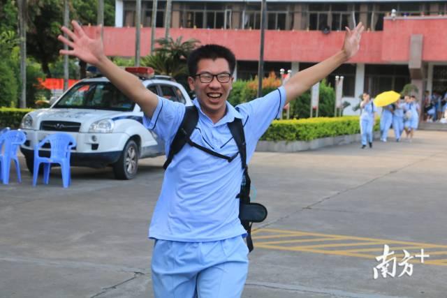 2019年6月7日高考结束,一名考生兴奋地跑出校门。迎接他的,将是他盼望已久的三个月暑期生活。