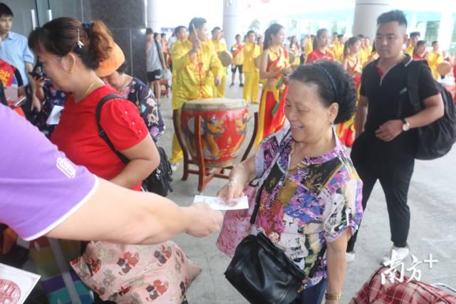 2019年7月10日,汕头站首开香港西九龙站高铁,全程3小时8分钟。汕头香港两地正式进入高铁直通时代。
