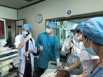 医护团队以两条支气管镜和一条呼吸机通道,多手段实施抢救。
