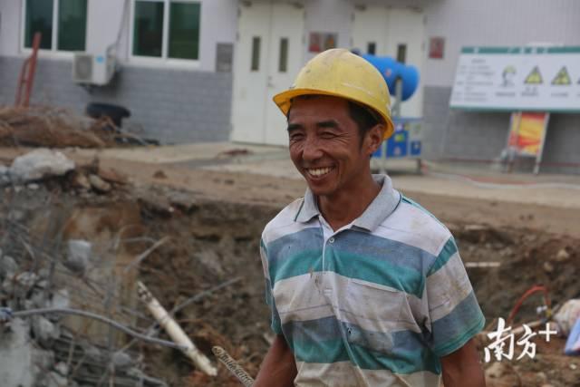 2019年,潮阳区谷饶污水处理厂二期管网工程项目工地,一名工人咧开嘴笑着。