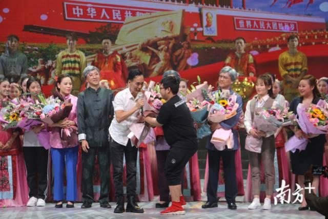 2019年10月20日晚,潮汕大型情景剧《母亲的梦》首次合成演出成功,帷幕落下,该剧编剧、总导演赵曙光接受观众的鲜花和掌声。