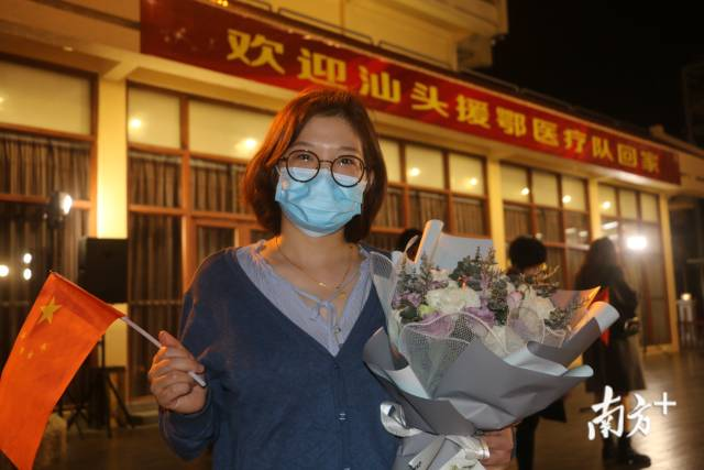 3月20日晚,汕头市第二批援助湖北医疗队15名队员平安抵达汕头。图为迎接归来队员的一名家属,口罩难掩她的喜悦之情。