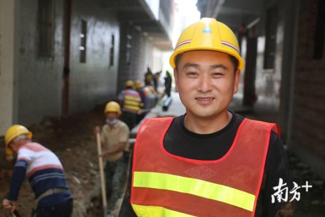 """来自河南的周鹏豪是潮南区深溪社区雨污分流工程的工头,复工以来他的心情总是非常舒畅,因为""""有活干就有钱赚,就能养家""""。"""