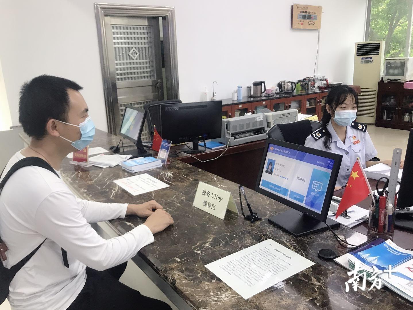 和平县税务局办税服务厅设立税务UKey辅导区,方便纳税人领用税务UKey。罗维宇 摄