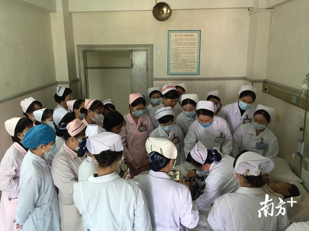 周玉华带队走入基层医联体,进行床旁指导。