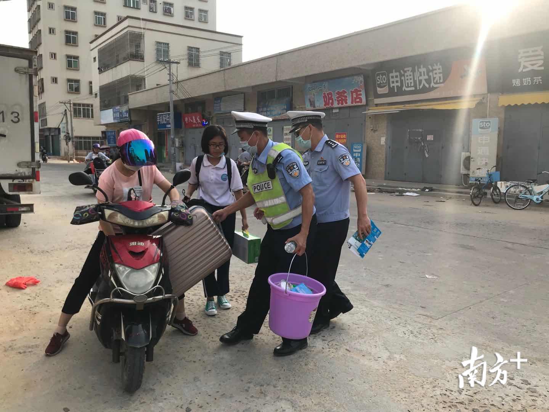 经开区交警帮助入校学生拎行李。