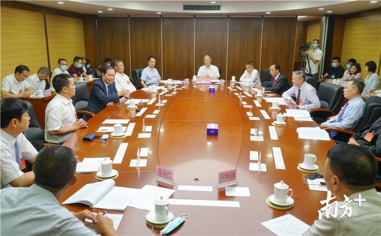 5月13日下午,委员们围绕常态化疫情防控下的清远企业发展现状、企业复工复产面临的实际问题等方面积极建言献策。梁素雅 摄