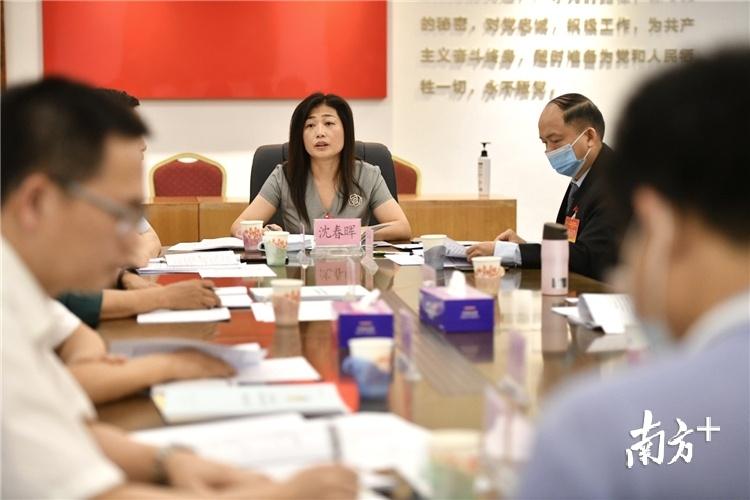 清远市政协委员、清远市财政局监督分局局长沈春晖在分组讨论中发言。曾亮超摄
