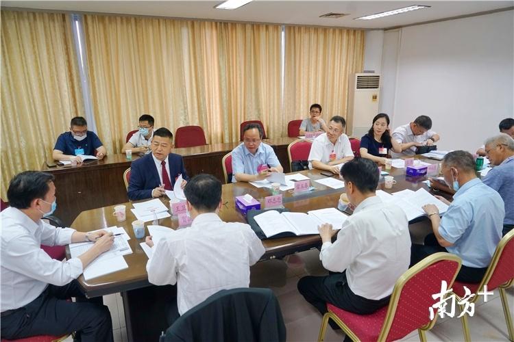 13日下午,农业农村委分组讨论。梁素雅 摄