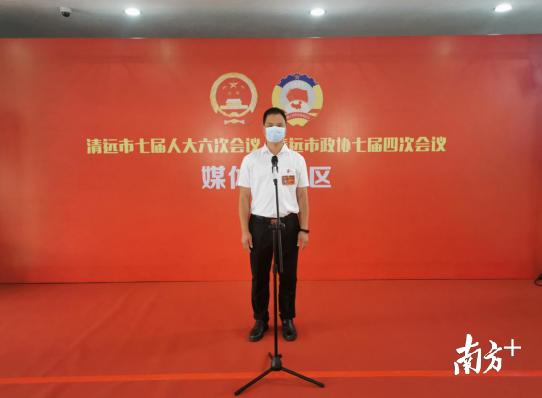 清远市人大代表陆飞红接受媒体采访。记者 黄玉熹 摄