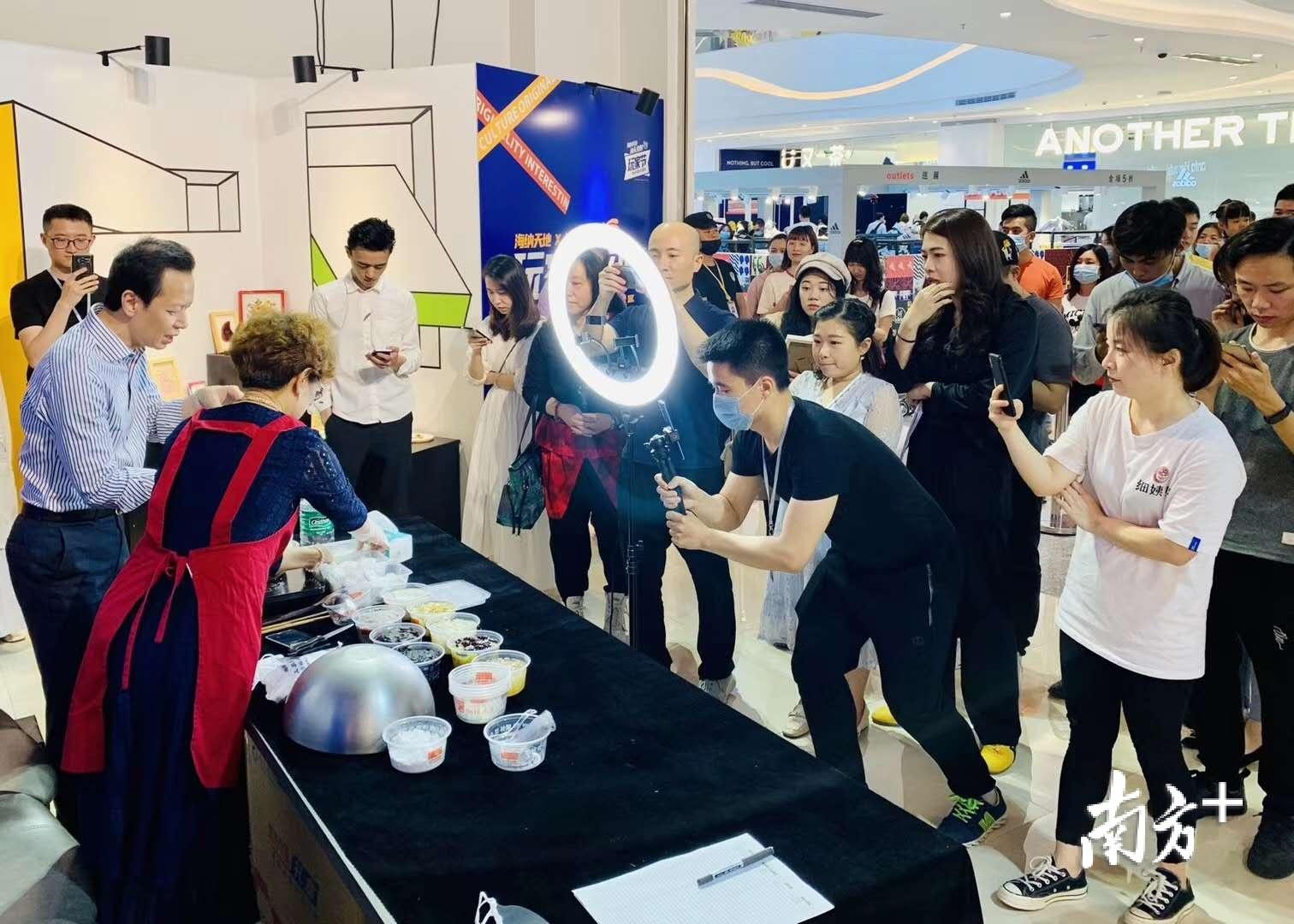 """汕头海纳天地还联合汕头文创协会策划举办了""""玩家节""""活动。"""