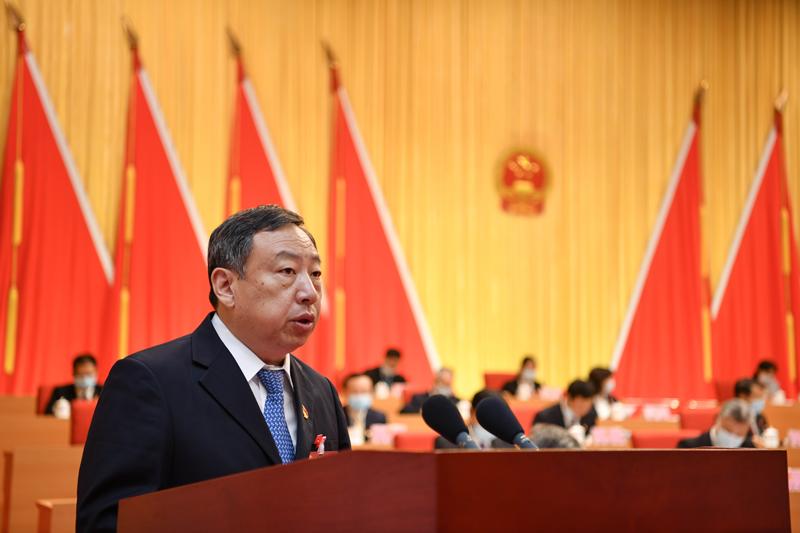 清远市人大常委会常务副主任曾贤林代表清远市人大常委会,向大会做工作报告。 记者 曾亮超 摄