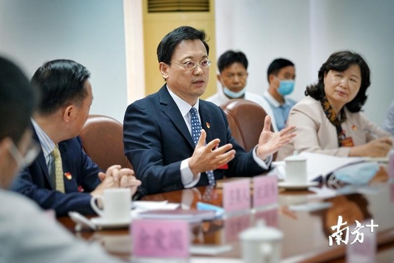 14日下午,清远市市委副书记、代市长马正勇参加分组讨论。梁素雅 摄