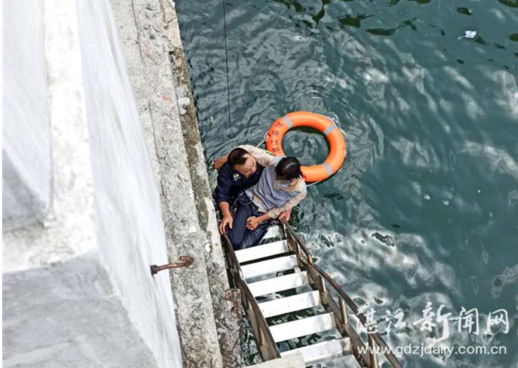 5月14日,交通运输部南海湛江救助基地在保利天悦湾水域成功救起一名严重虚脱的坠海女子。 通讯员 彭赞 记者 刘冀城