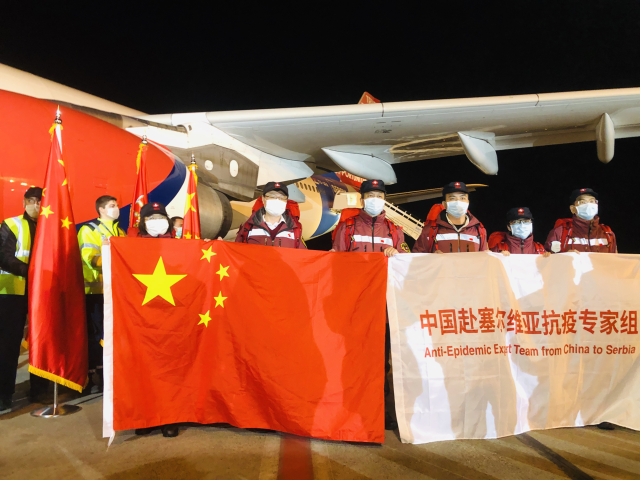 中国专家组到达塞尔维亚首都机场