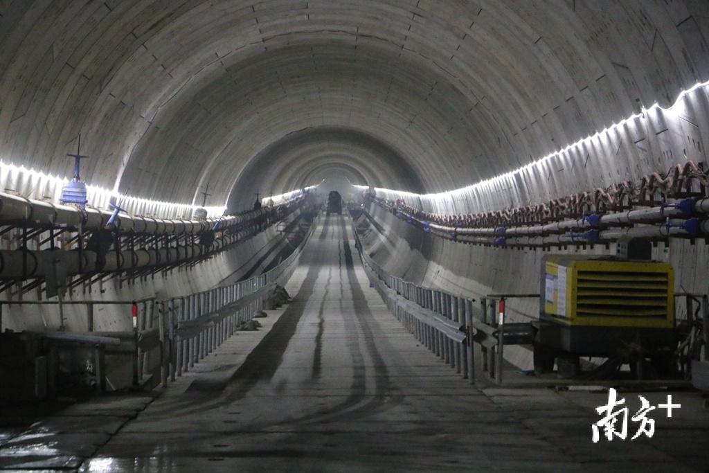 汕头海湾隧道全长6680米,双向六车道。张伟炜 摄