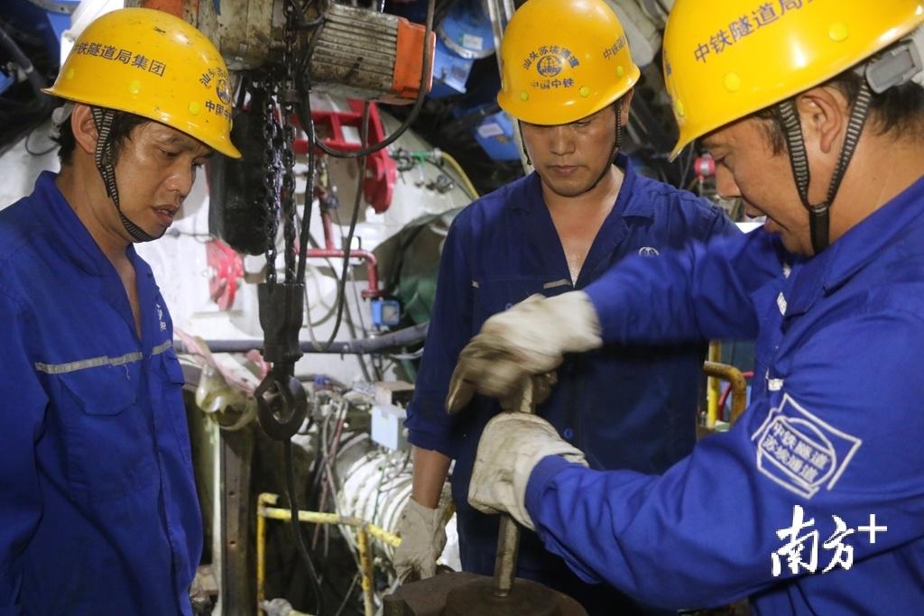 工人们在隧道内施工。张伟炜 摄