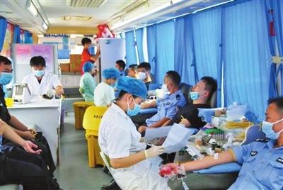 献血现场井然有序。曾遥 摄