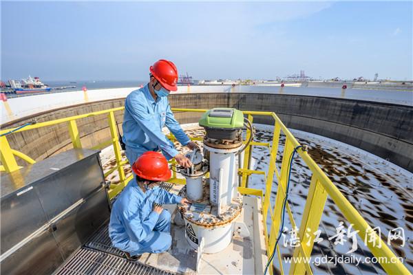 工作人员对油罐设施进行巡检。