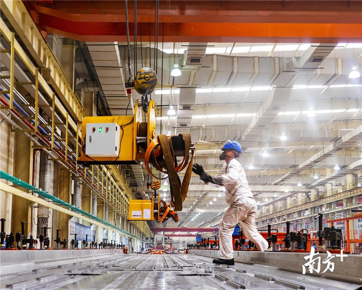 3月以来,江门企业基本已复工复产。图为中车广东轨道交通车辆有限公司生产车间。毛炯 摄