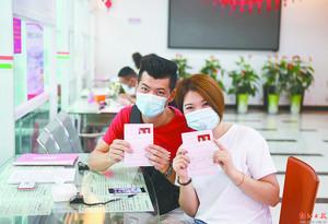 5月20日,江城区婚姻登记处登记结婚的新人。宋福亮 摄