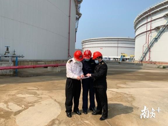 惠州港海关专项工作组对华瀛石化保税仓库扩容进行实地验收。黄顺杰 摄
