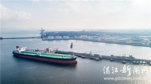 鸟瞰湛江港石化码头,一艘油轮正停靠卸油。