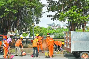 保洁员在沿湖路清扫落叶和垃圾。李向东 摄