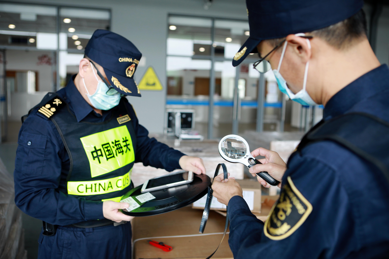 海关关员查验货物。俞波摄