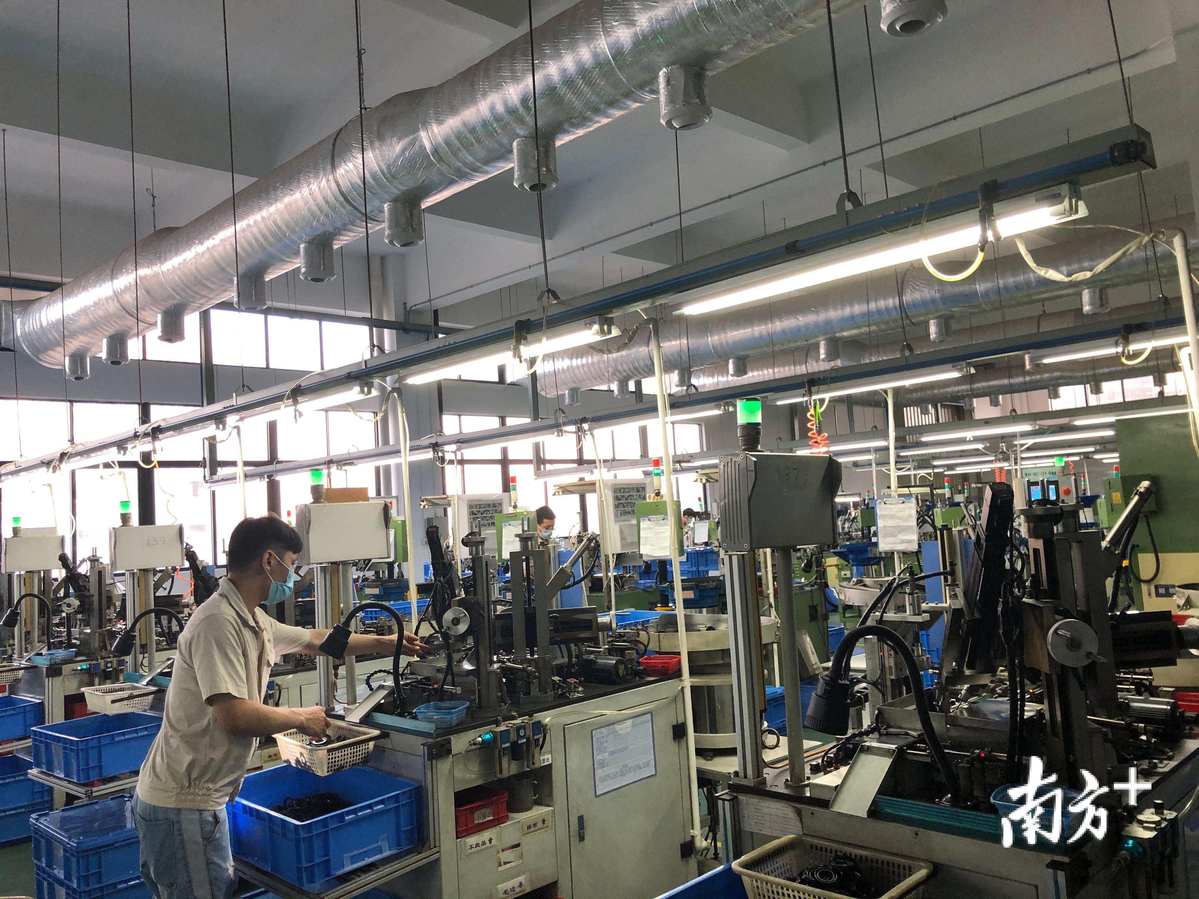 在鑫辉新材料公司的车间,工人们正在加紧生产密封圈。 董有逸 摄