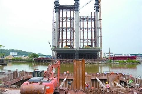 经过14个小时连续混凝土浇筑作业,番海大桥主桥14号墩钢板桩围堰顺利完成封底。通讯员李宁娜供图