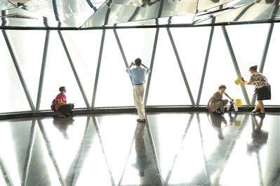 游客在广州塔打卡拍照。