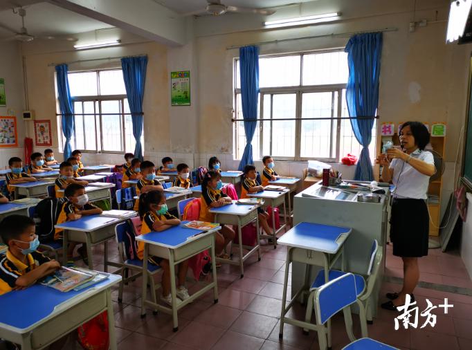 大塘镇永平小学一年级的小朋友正在学习洗手和折叠废弃口罩。