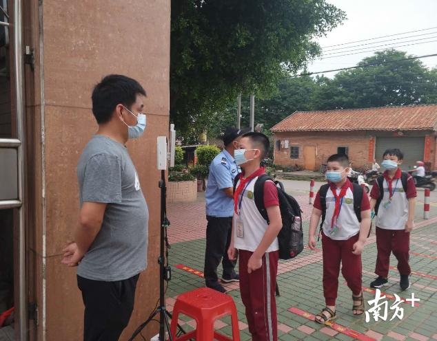 5月25日早上,三江小学一至四年级的同学陆续返校,同学们的脸上格外的兴奋。