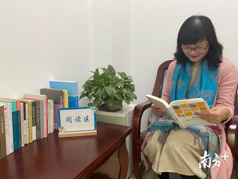 纳税人在党群书屋阅读书籍。