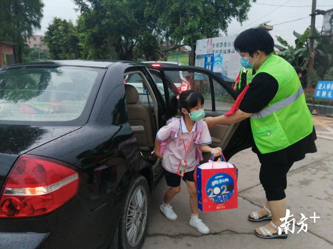 安全出行,有您护畅!云东海宝月小学的家长志愿者一早便到校门口进行护畅。