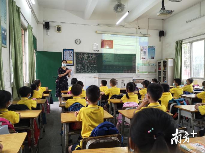 回校伊始,源潭小学一年级班主任老师正在耐心讲解校园防疫注意事项。