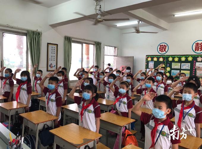 """三江小学的同学们有序排队测温,家长们目送孩子进校后才安心离开。完成清洁后,同学们在教室里进行了庄严的""""云升旗""""仪式,随后认真聆听了麦杏梅校长""""复学第一课""""的讲话。"""