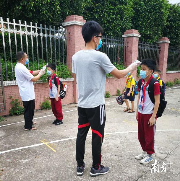 """排队队,测体温,乐平镇范湖小学1—4年级的""""豆丁""""按时错峰返校啦!"""