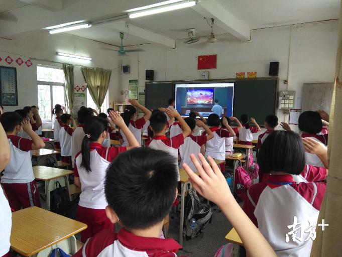 保安小学复学第一课以别开生面的线上升国旗仪式开展。校长为同学们作《云开疫散复学时,少年不负好时光》的国旗下讲话。