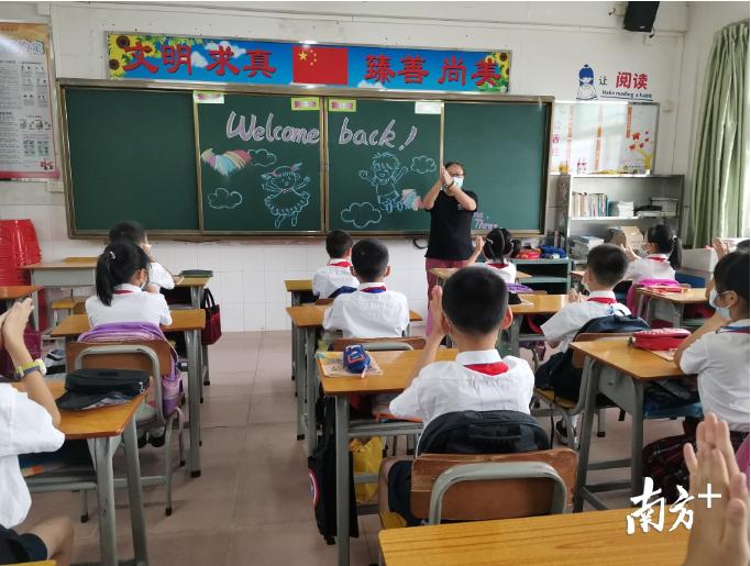 金本小学得班主任们正在为孩子们讲解《金本小学2020年疫情防控期学生学习、生活一日常规指南》,明确各项活动要求。