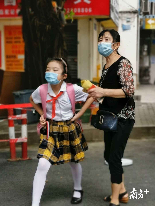 在家长的陪同下,小学生径直走向校园。