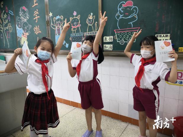 三水区实验小学的班主任为小朋友准备的暖心小礼物,开心到眼睛眯成一条线!
