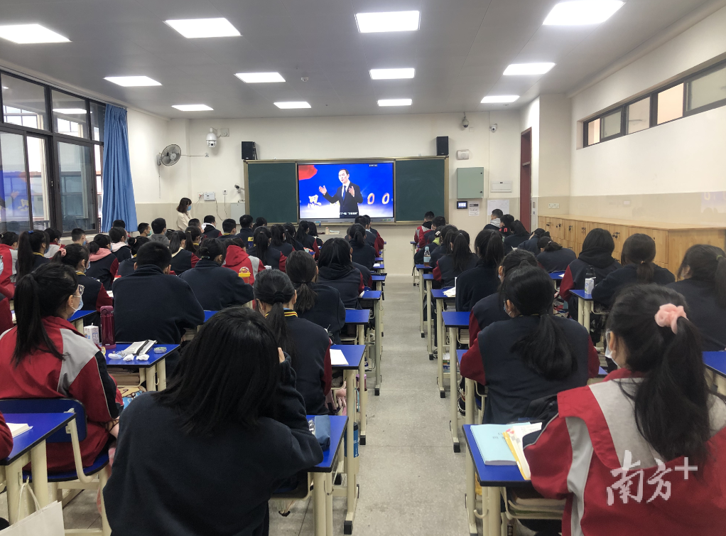 """四川成都中和职业学校观看""""战疫思政500秒"""""""