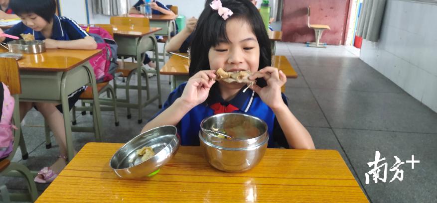 真香!午餐时间到了,看孩子们吃得多开心。