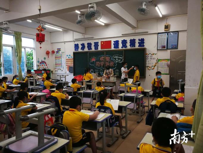 回到教室后,正副班主任配合完成班级的学生晨检。